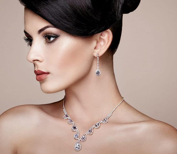 דוגמנית עונדת שרשרת ועגילי יהלומים